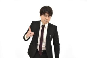 注意、意見をしているスーツの男性 白背景の写真素材 [FYI04800496]