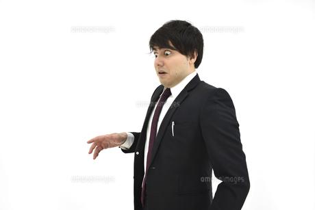 驚いているスーツの男性2 白背景の写真素材 [FYI04800500]