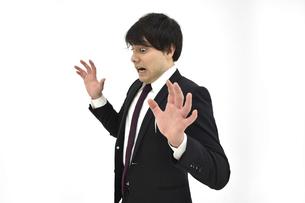 驚いているスーツの男性1 白背景の写真素材 [FYI04800502]