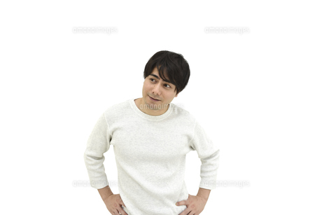 様子を見ているカジュアルの男性 白背景の写真素材 [FYI04800515]
