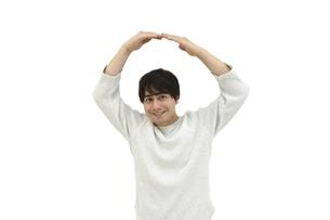 正解と丸をしているカジュアルの男性 白背景の写真素材 [FYI04800516]