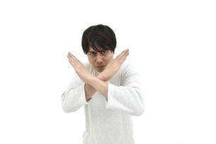 不正解とバツをしているカジュアルの男性 白背景の写真素材 [FYI04800517]