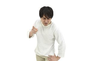 注意、意見しているカジュアルの男性 白背景の写真素材 [FYI04800518]