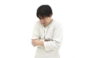 悲しんでいるカジュアルの男性の写真素材 [FYI04800519]