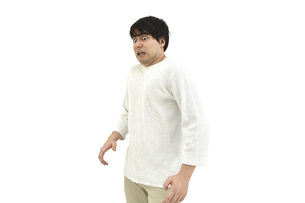 驚いているカジュアルの男性2 白背景の写真素材 [FYI04800521]