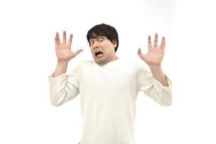 驚いているカジュアルの男性1 白背景の写真素材 [FYI04800522]