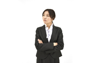 怒って横を向いているスーツの女性 白背景の写真素材 [FYI04800750]