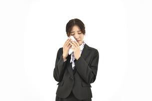 悲しんで泣いているスーツの女性 白背景の写真素材 [FYI04800752]