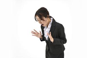 驚いているスーツの女性1 白背景の写真素材 [FYI04800755]