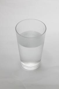 グラスの水の写真素材 [FYI04800897]