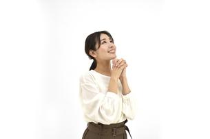 空を仰いで願っているカジュアル女性 白背景の写真素材 [FYI04800920]