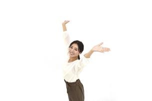 空を仰いで両手を広げるカジュアル女性2 白背景の写真素材 [FYI04800922]