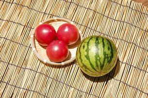 西瓜とトマト 赤い果物と野菜の写真素材 [FYI04801053]