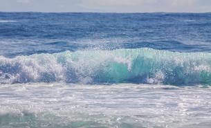 ハワイの海岸の砕け散る波の風景の写真素材 [FYI04801079]