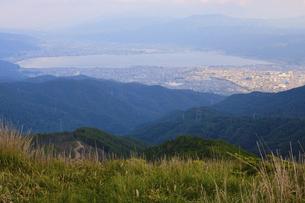 高ボッチ山の山頂から眺める初夏の諏訪湖の全景と諏訪市、下諏訪町の景色の写真素材 [FYI04801276]