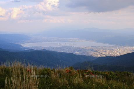 高ボッチ山の山頂から眺める初夏の諏訪湖の全景と諏訪市、下諏訪町の景色の写真素材 [FYI04801278]