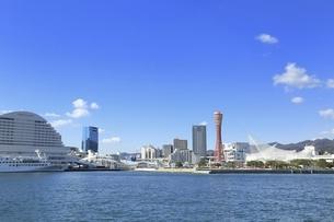神戸ポートタワーと神戸港の写真素材 [FYI04801283]