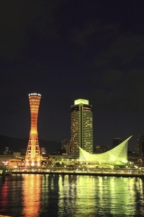 神戸ポートタワーと神戸港の夜景の写真素材 [FYI04801288]