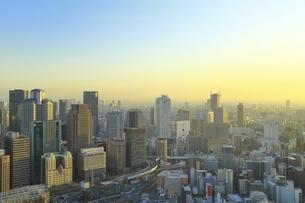 梅田スカイビル空中庭園展望台より望む大阪市街夕景の写真素材 [FYI04801309]