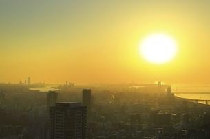 梅田スカイビル空中庭園展望台より望む夕日の写真素材 [FYI04801310]