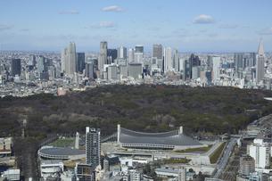 新宿の都心のビル群と国立代々木競技の写真素材 [FYI04801340]