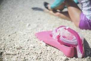 伊良部島の美しいサンゴ礁のビーチ、ピンクのシュノーケルセット(フィンとゴーグル)と女性の写真素材 [FYI04801387]