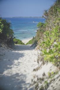 宮古島の観光スポット 砂山ビーチの美しい海を見下ろす絶景の写真素材 [FYI04801418]