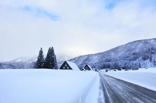 冬の白川郷 合掌造り集落の雪景色の写真素材 [FYI04801508]