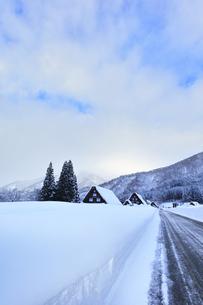 冬の白川郷 合掌造り集落の雪景色の写真素材 [FYI04801509]