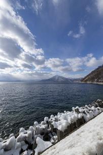 北海道 冬の支笏湖の風景の写真素材 [FYI04801567]