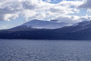 北海道 冬の支笏湖の風景の写真素材 [FYI04801570]