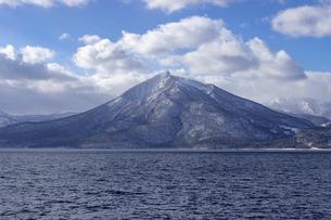 北海道 冬の支笏湖の風景の写真素材 [FYI04801571]