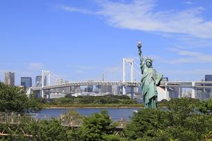 自由の女神像とレインボーブリッジの写真素材 [FYI04801601]