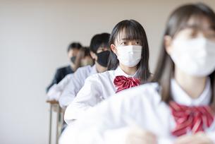 教室で授業を受ける学生の写真素材 [FYI04801668]