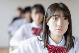 教室で授業を受ける女子学生の写真素材 [FYI04801670]