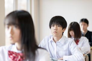 教室で授業を受ける男子学生の写真素材 [FYI04801675]