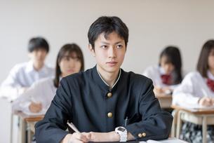 教室で授業を受ける男子学生の写真素材 [FYI04801684]