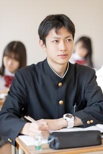 教室で授業を受ける男子学生の写真素材 [FYI04801688]