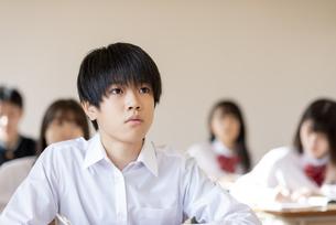 教室で授業を受ける男子学生の写真素材 [FYI04801692]