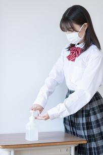 消毒をする女子学生の写真素材 [FYI04801707]