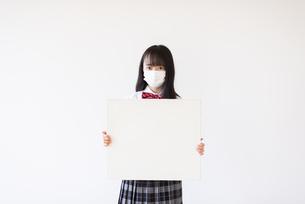 ホワイトボードを持つ女子学生の写真素材 [FYI04801716]