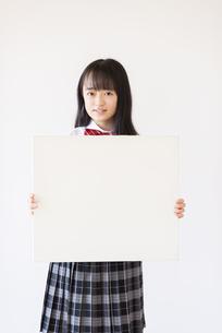 ホワイトボードを持つ女子学生の写真素材 [FYI04801717]