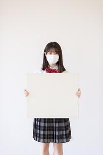 ホワイトボードを持つ女子学生の写真素材 [FYI04801723]