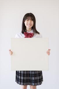 ホワイトボードを持つ女子学生の写真素材 [FYI04801724]