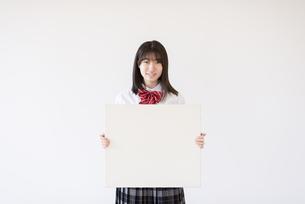 ホワイトボードを持つ女子学生の写真素材 [FYI04801725]