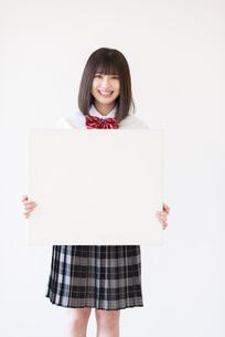 ホワイトボードを持つ女子学生の写真素材 [FYI04801726]