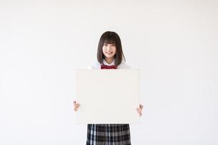 ホワイトボードを持つ女子学生の写真素材 [FYI04801727]