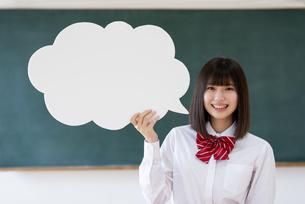 ホワイトボードを持つ女子学生の写真素材 [FYI04801737]