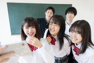 教室でスマホで写真を撮る学生の写真素材 [FYI04801739]
