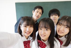 教室で自撮りする寄り添う学生の写真素材 [FYI04801740]